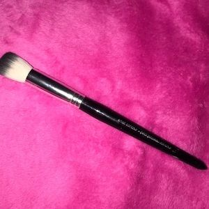 Small contouring brush